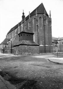 Widok na kościół Św Katarzyny i zabytkową dzwonnicę, 1930, ze zbiorów NAC