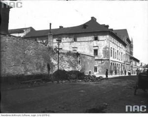 Augustiańska. Na pierwszym planie widoczne ruiny domu. Na drugim planie fragment budynku na rogu ul. Augustiańskiej i Piekarskiej.