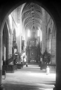 Kościół Św. Katarzyny. Fragment wnętrza nawy głównej w stronę ołtarza 1910-1936. NAC