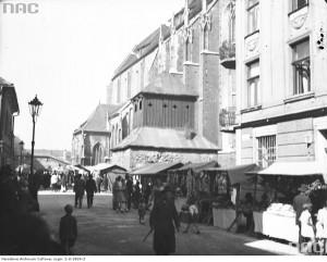 Widok od ulicy Skałecznej w kierunku zachodnim. Na pierwszym planie widoczne stragany odpustowe, 1930. NAC