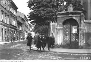 Róg ulic: B. Ciała i Wawrzyńca, widok na bramę, prowadzącą na teren kościoła BC, ze zbiorów NAC, 1926